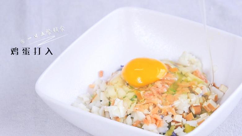 彩椒抱蛋面包丁,将所有蔬菜碎放一起,海米洗净也加入,鸡蛋打散,搅匀。多搅打2分钟,最后的饼会更加蓬松,松软。