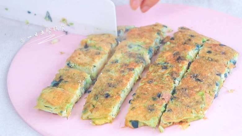 彩椒抱蛋面包丁,切丁做孩子的手指食物。