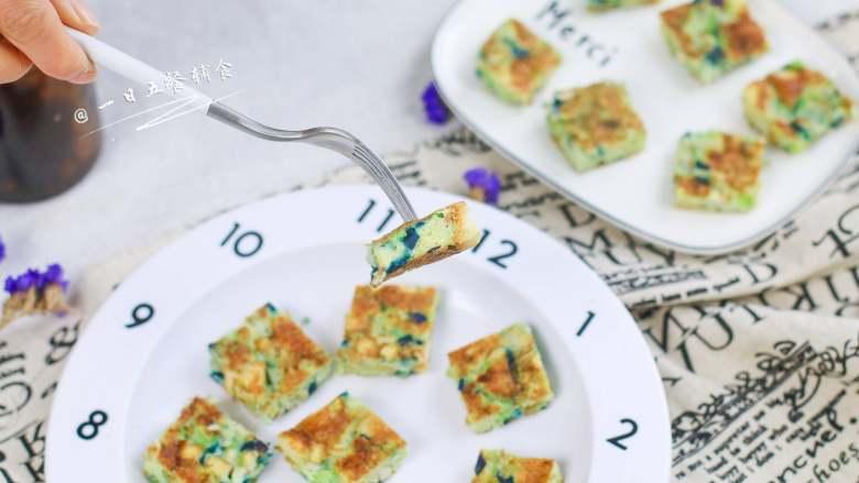 彩椒抱蛋面包丁,从切面能看得到一个个小气孔,这就是多搅打2分钟的结果,使整个小饼更加蓬松软绵。