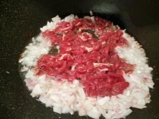 芽菜肉丝面,锅里放油,炒香洋葱末再放牛肉丝