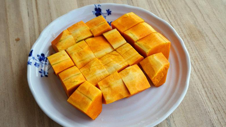 南瓜酒酿圆子,将切成块的南瓜整齐的摆放在盘内