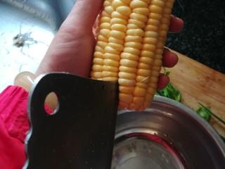 """颜值爆表,好吃得停不下来的""""金玉满堂"""",玉米棒用刀尖切开""""一条路""""来,然后用大拇指掰下来,这样玉米粒才完整,漂亮。"""