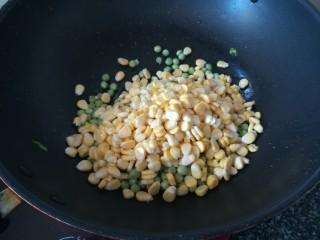 """颜值爆表,好吃得停不下来的""""金玉满堂"""",倒出配料,下玉米粒和豌豆仁,爆炒"""