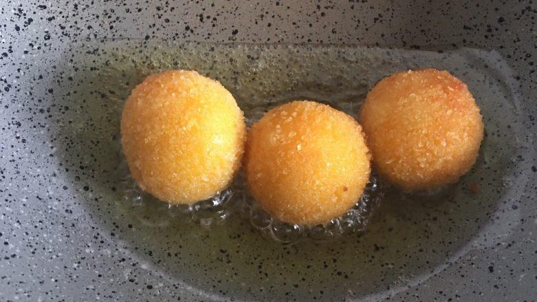 芝士地瓜球,炸制金黄即可出锅