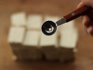 酿豆腐,准备一个小勺子