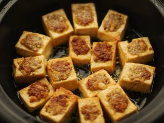 酿豆腐,一面煎好后翻面煎另一面