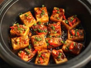 酿豆腐,汤汁收的差不多时,撒葱绿,<a style='color:red;display:inline-block;' href='/shicai/ 82/'>小米椒</a>