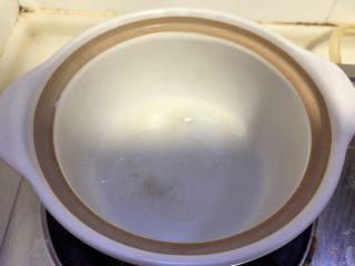 清清淡淡一碗汤➕娃娃菜海带鸡蛋汤,取一小砂锅或者汤锅,热锅后加少许食用油润锅