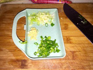 清清淡淡一碗汤➕娃娃菜海带鸡蛋汤,小葱分葱白葱绿分别切末,生姜切末备用