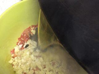 凉拌木耳,将装有木耳的碗中调味:2勺醋,1勺生抽,半勺蚝油,些许盐,些许鸡精,再将以上切好的佐料码放在木耳上,锅里烧油,油热浇在佐料上,随即将所有食材搅拌均匀,最后撒上芝麻和淋上芝麻油即可 (此张图片仅展示浇热油,非此菜谱,拌木耳时忘记拍了)