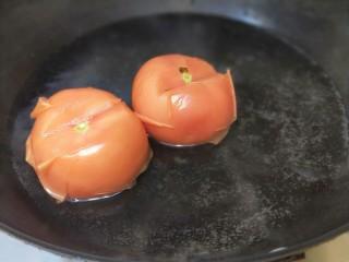 花花番茄虾仁白玉豆腐宝,锅放入适量水烧开,放入番茄锅里打一衮捞出来。