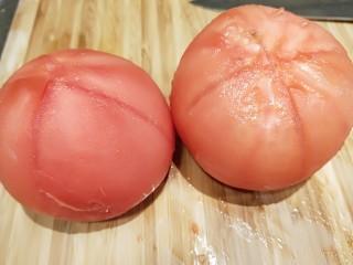 花花番茄虾仁白玉豆腐宝,提前划出十字好包皮。