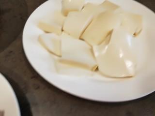 花花番茄虾仁白玉豆腐宝,切成豆腐片。