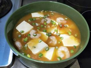 花花番茄虾仁白玉豆腐宝,撒上葱花上桌了。