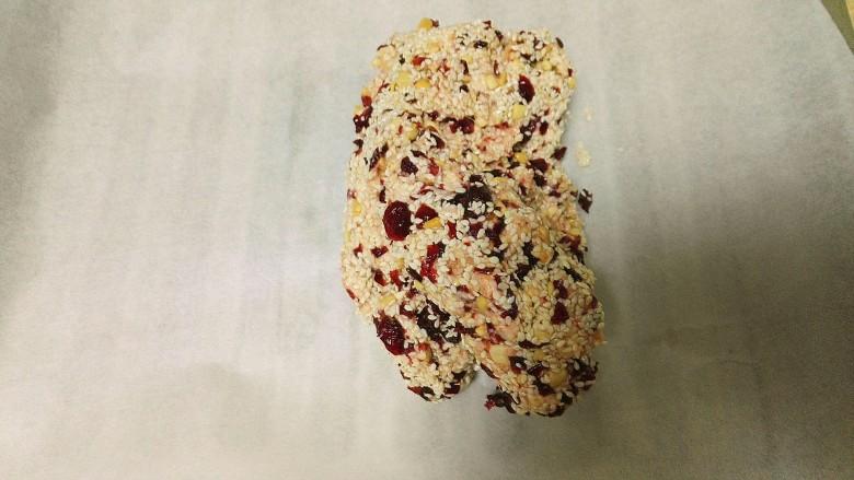 酸甜可口还香喷喷的牛轧糖,揉成一团的牛轧糖,在砧板上铺一张厨房纸。
