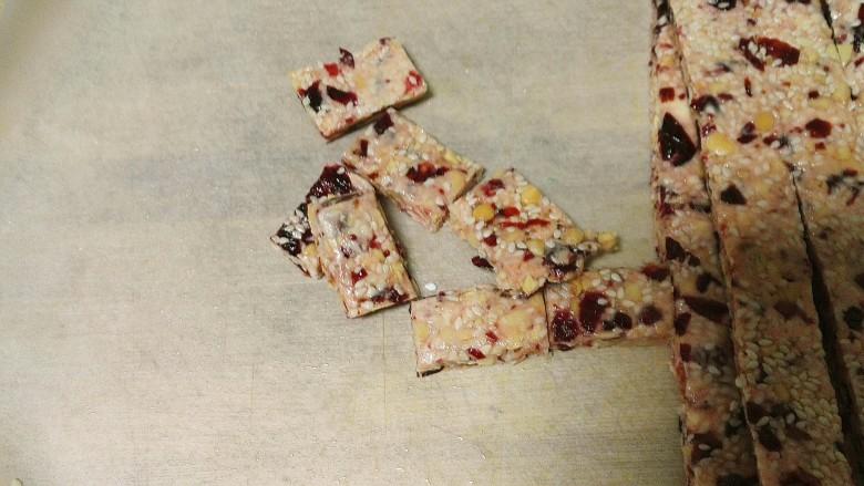 酸甜可口还香喷喷的牛轧糖,再改刀,切成小长方块。