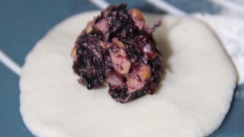 美味健康的玫瑰花汤圆,将馅团放入皮中包裹,注意不要将皮弄破。