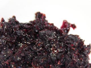 美味健康的玫瑰花汤圆,馅料制作:准备玫瑰花酱,玫瑰花酱可以自制也可以买,如果是买的,最好买干一些的,这样比较好包。