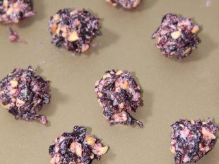 美味健康的玫瑰花汤圆,玫瑰花馅最好是在弄面团前做好,这样不会影响到后面的包汤圆的过程。