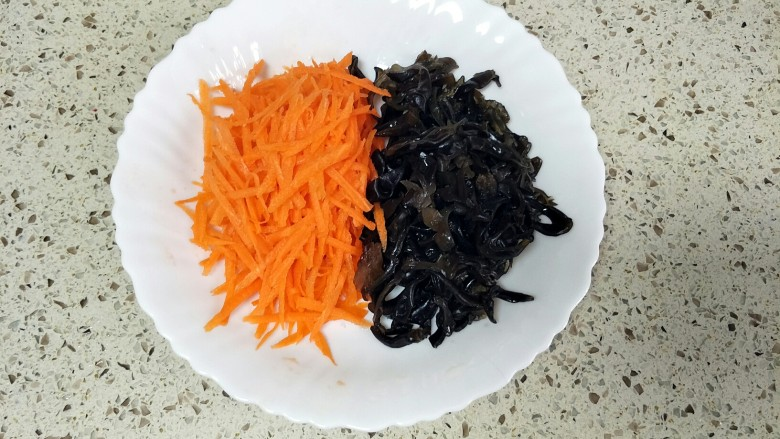 鱼香肉丝,胡萝卜、木耳洗净切丝