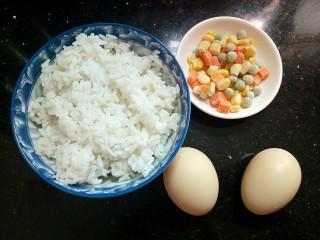 童趣餐~波点蛋包饭,准备食材,米饭,蔬菜丁,鸡蛋。