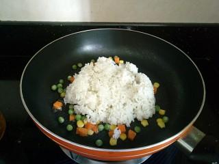 童趣餐~波点蛋包饭,加入米饭一起炒