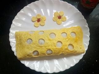 童趣餐~波点蛋包饭,刚刚印出的小圆点,在波点蛋包饭的旁边摆出花朵造型装饰一下