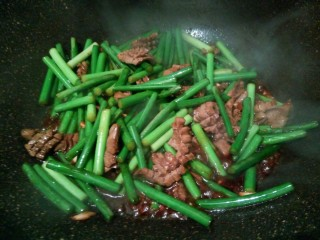 蒜薹炒猪腰花,生抽少许,翻炒均匀,就可以了