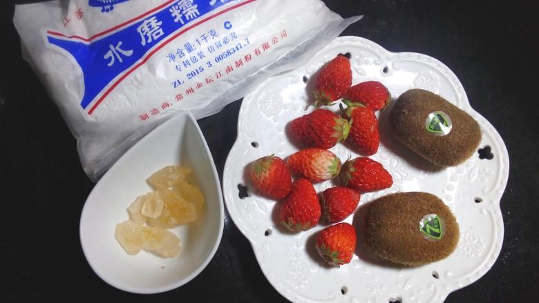 缤纷水果小汤圆,准备好各项食材。我用的是超市买的水磨<a style='color:red;display:inline-block;' href='/shicai/ 520'>糯米粉</a>,嫌麻烦不想和面的,可以在超市买现成的小汤圆。里面放的水果随意,也可以芒果火龙果的。