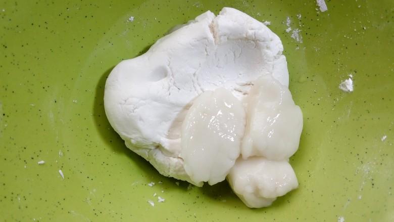 缤纷水果小汤圆,取出加入到刚才揉过的面团里。