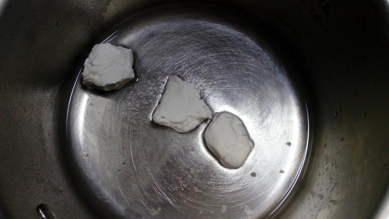 缤纷水果小汤圆,我比较喜欢的方法是用温水和面,在揉好的面团里,揪下一小块,大约占面团重量的20%,放入锅中。