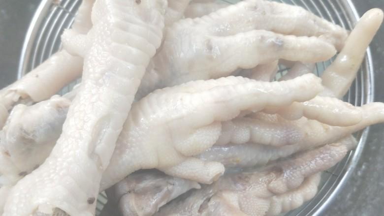 入口即化的韩式辣鸡爪,捞出,备用。