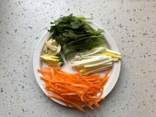 锅包肉,胡萝卜和大葱,生姜切丝,香菜切大段,蒜切片