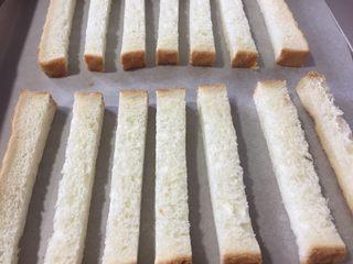 脆烤蜂蜜吐司条,把吐司条排放在铺好油纸的烤盘上