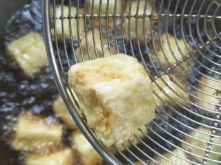 比肉好吃的糖醋小茄块,炸至七八成熟捞出,如图。