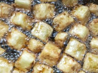 比肉好吃的糖醋小茄块,待油温升高,复炸一下,逼出茄块里面的油。