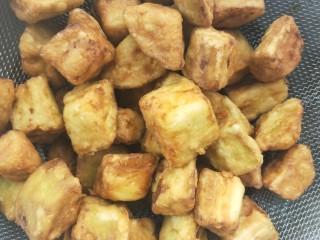 比肉好吃的糖醋小茄块,炸至表面金黄色,此时茄块表面已经脆脆的了,即可倒出沥干油。