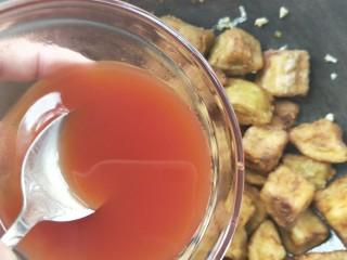 比肉好吃的糖醋小茄块,倒入糖醋汁,快速翻炒让每一个茄块都沾满糖醋汁。