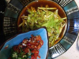 补肾健胃~红油烧烤味孜然韭黄,转入盘后在放青红辣椒圈
