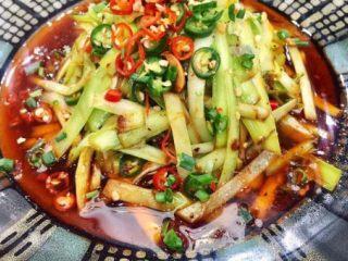 补肾健胃~红油烧烤味孜然韭黄,色香味俱全,韭黄比韭菜更嫩,所以更好吃