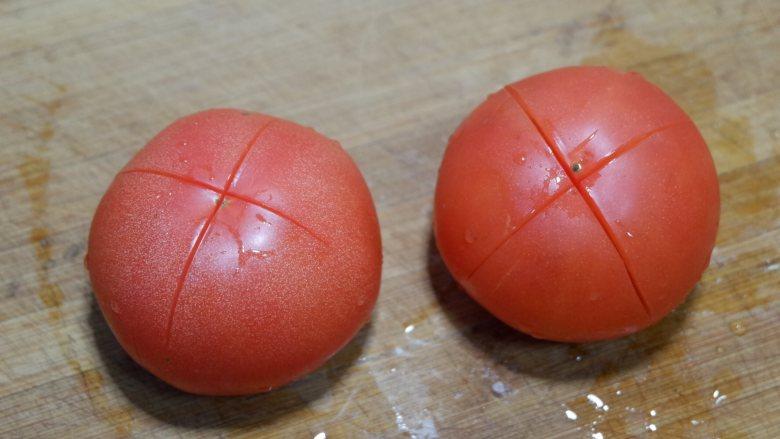 番茄炒西葫芦,<a style='color:red;display:inline-block;' href='/shicai/ 59'>番茄</a>切十字刀。