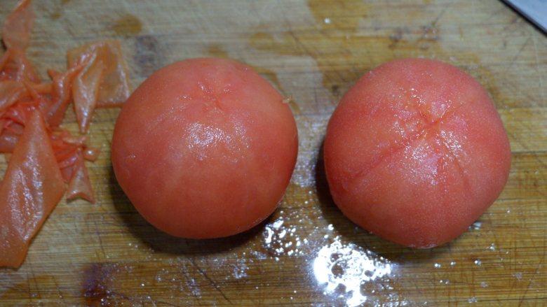 番茄炒西葫芦,取出剥掉皮。