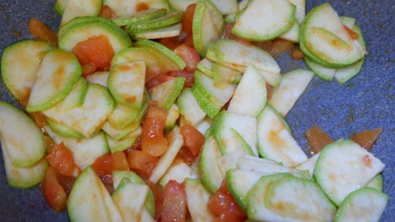 番茄炒西葫芦,翻炒均匀至断生。