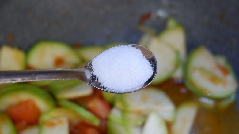 番茄炒西葫芦,加入少许盐