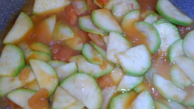 番茄炒西葫芦,翻炒均匀即可。