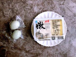 蟹黄豆腐,准备食材。