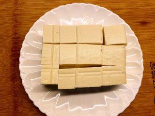 蟹黄豆腐,豆腐切块。