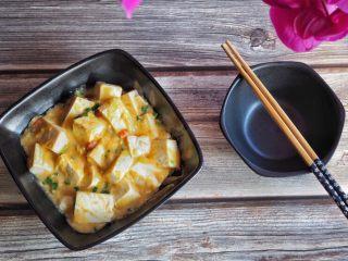 蟹黄豆腐,摆盘。