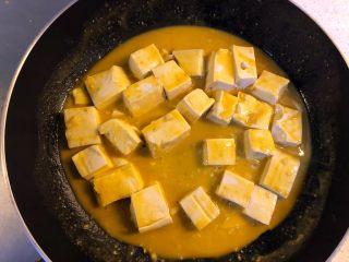 蟹黄豆腐,慢火小心翻炒,让每块豆腐裹上汤汁。