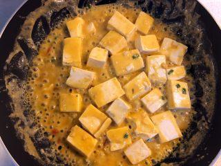 蟹黄豆腐,撒适量葱花。